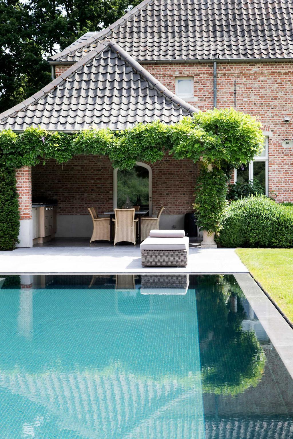 overloopzwembad blauweregen tuin