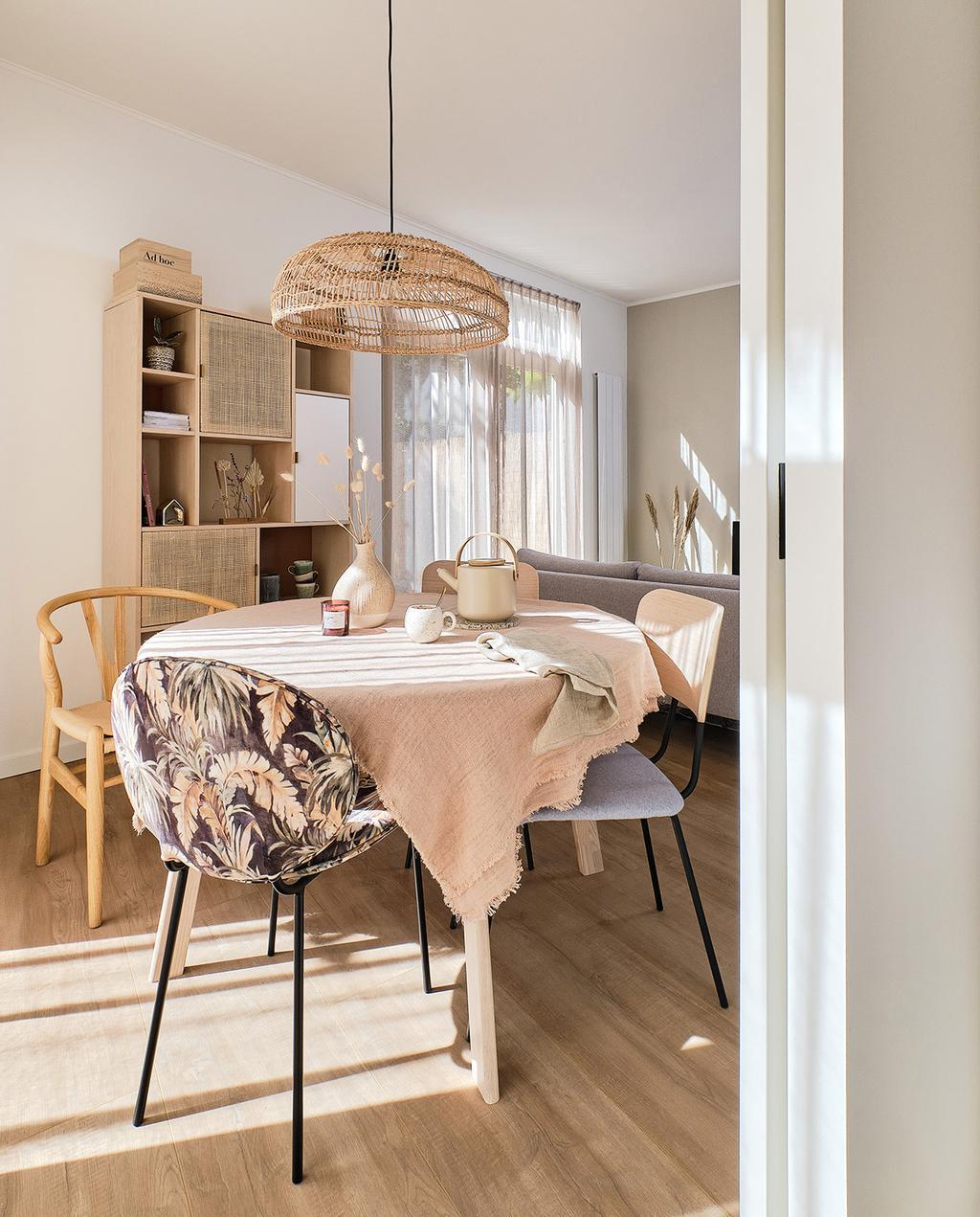 vtwonen special tiny houses | ronde eettafel in tiny house met hoog zomergevoel