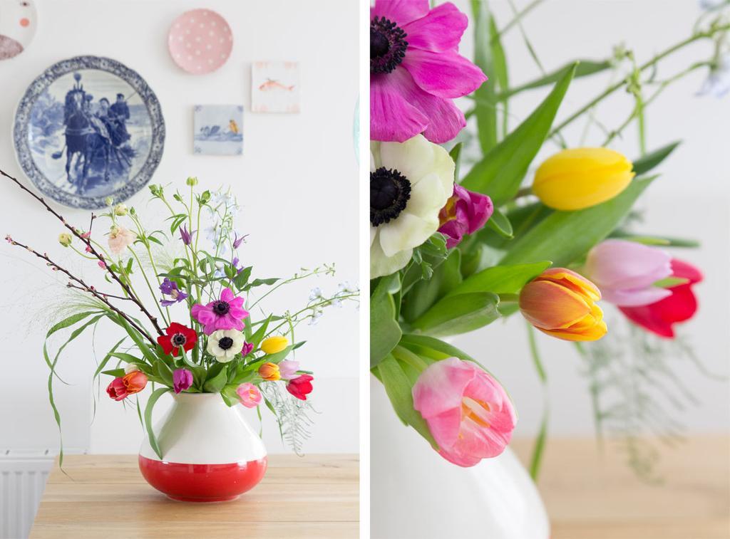 Voorjaarsbloemen in vaas op tafel