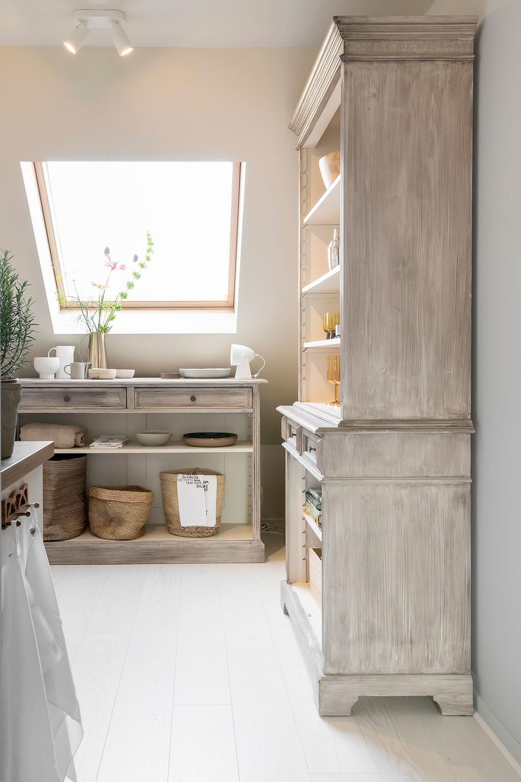 De keuken met grote kast van Nathalie uit de vierde aflevering van het tweede seizoen van 'Een frisse start met vtwonen'.