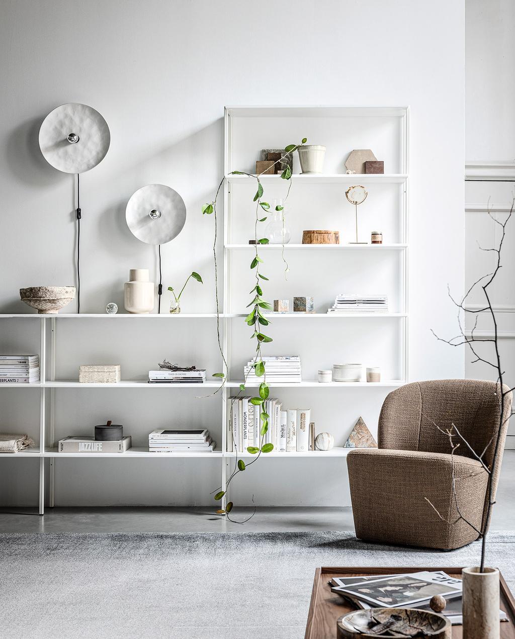 vtwonen 13-2019   witte stellingkast van de huiscollectie van vtwonen met boeken en een bruine fauteuil