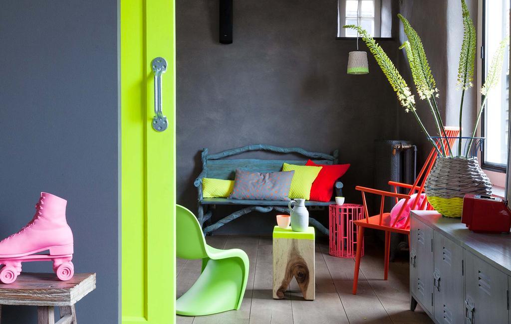Grijs interieur met neon accessoires