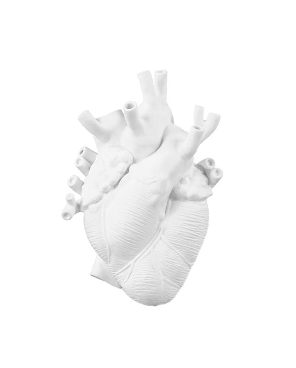 Witte vaas in de vorm van een hart