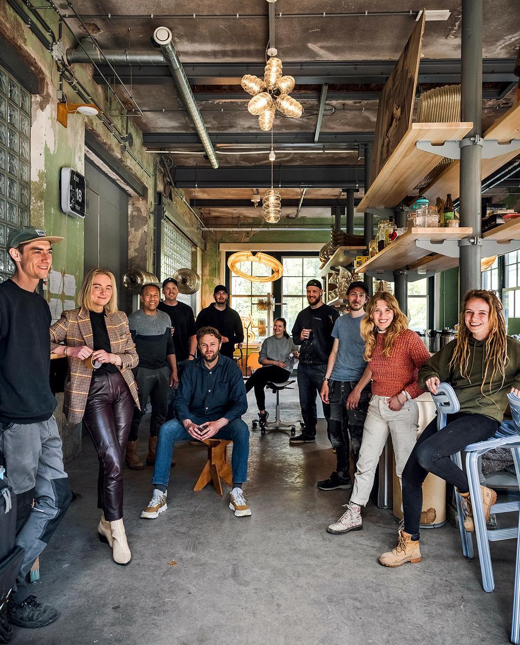 vtwonen 07-2021   het atelier en de werknemers van Dirk