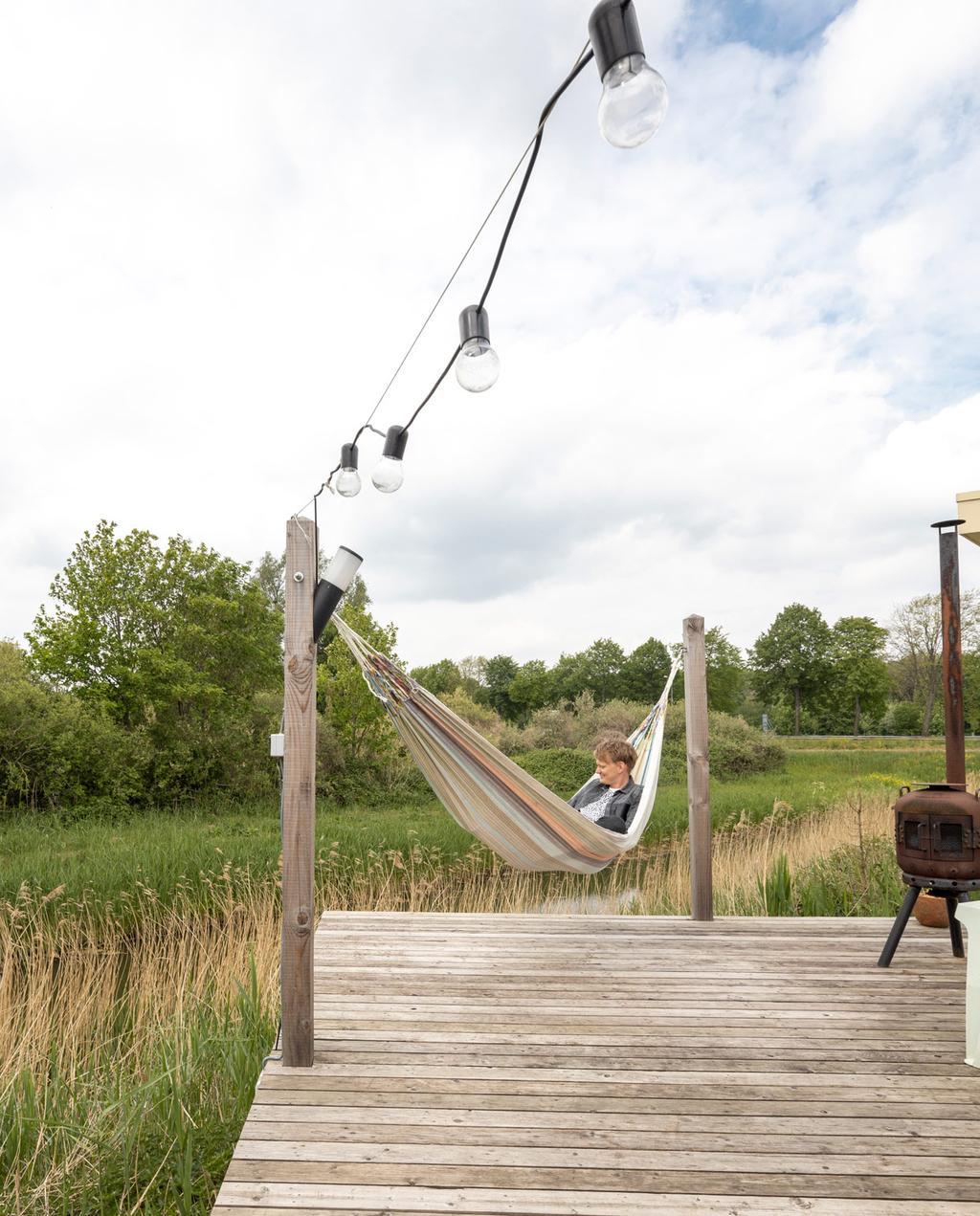 vtwonen special tiny houses | hangmat op de veranda van tiny house