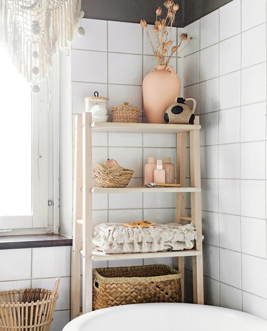 vtwonen 05-2021 | witte tegels in badkamer en houten open wandkast