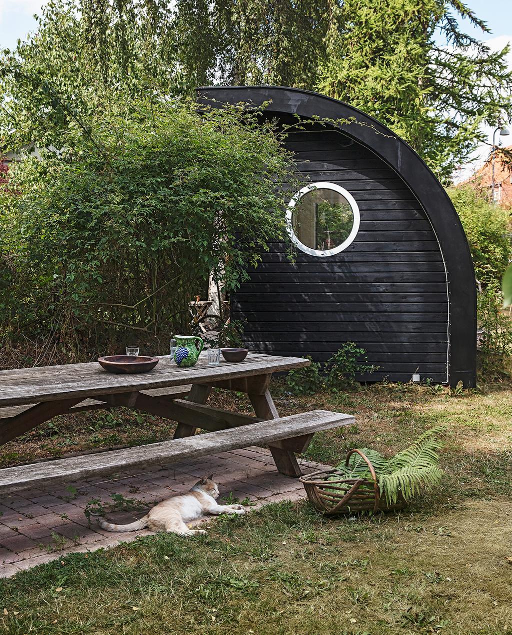 vtwonen tuin special 1-2020 | buitenplaats wilde tuin met zwart tuinhuis