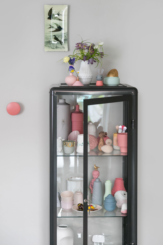 Zwart vitrinekast met pastelitems van PRCHTG