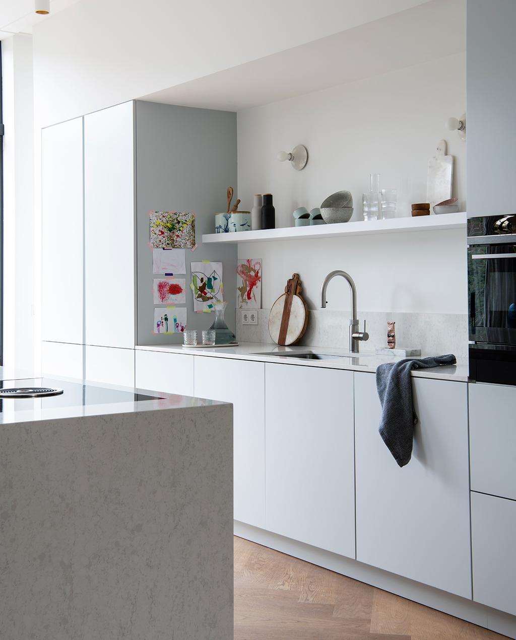 vtwonen 04-2021 | strakke keuken met greeploze kasten