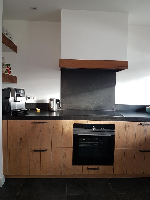 een-schouw-met-recirculatie-afzuigunit-een-inductie-kookplaat-met-ongekende-mogelijkheden-als-braad-en-kooksensor-en-homeconnect-een-bakoven-met-stoom