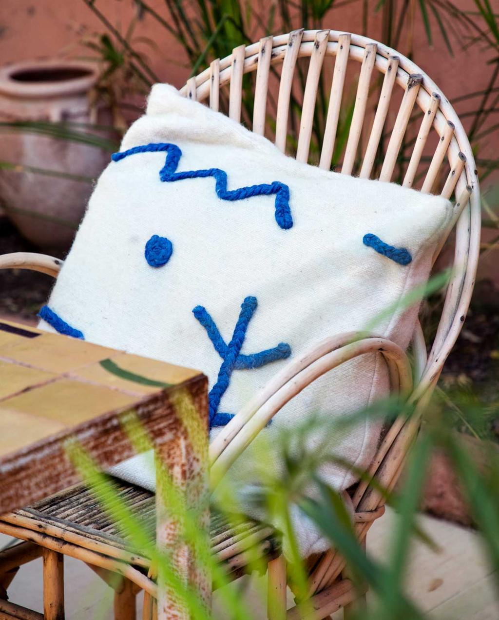 vtwonen 2020-09 | kijkkamer Marrakech | rotan buiten stoel met wit blauw kussen