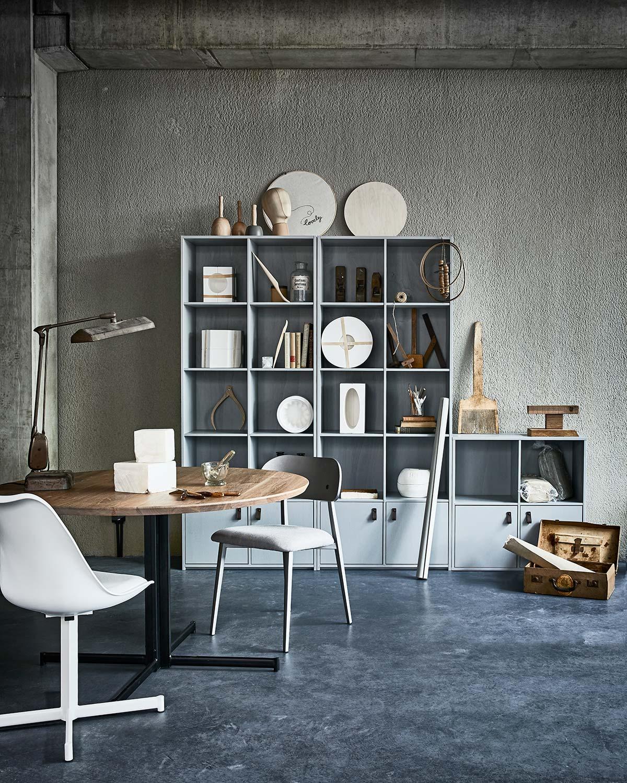 vtwonen meubels: grijze kast en ronde eettafel met kuipstoelen