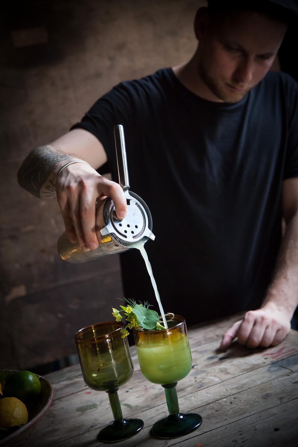 Paul terwijl hij cocktails maakt in Atelier Morel in Antwerpen