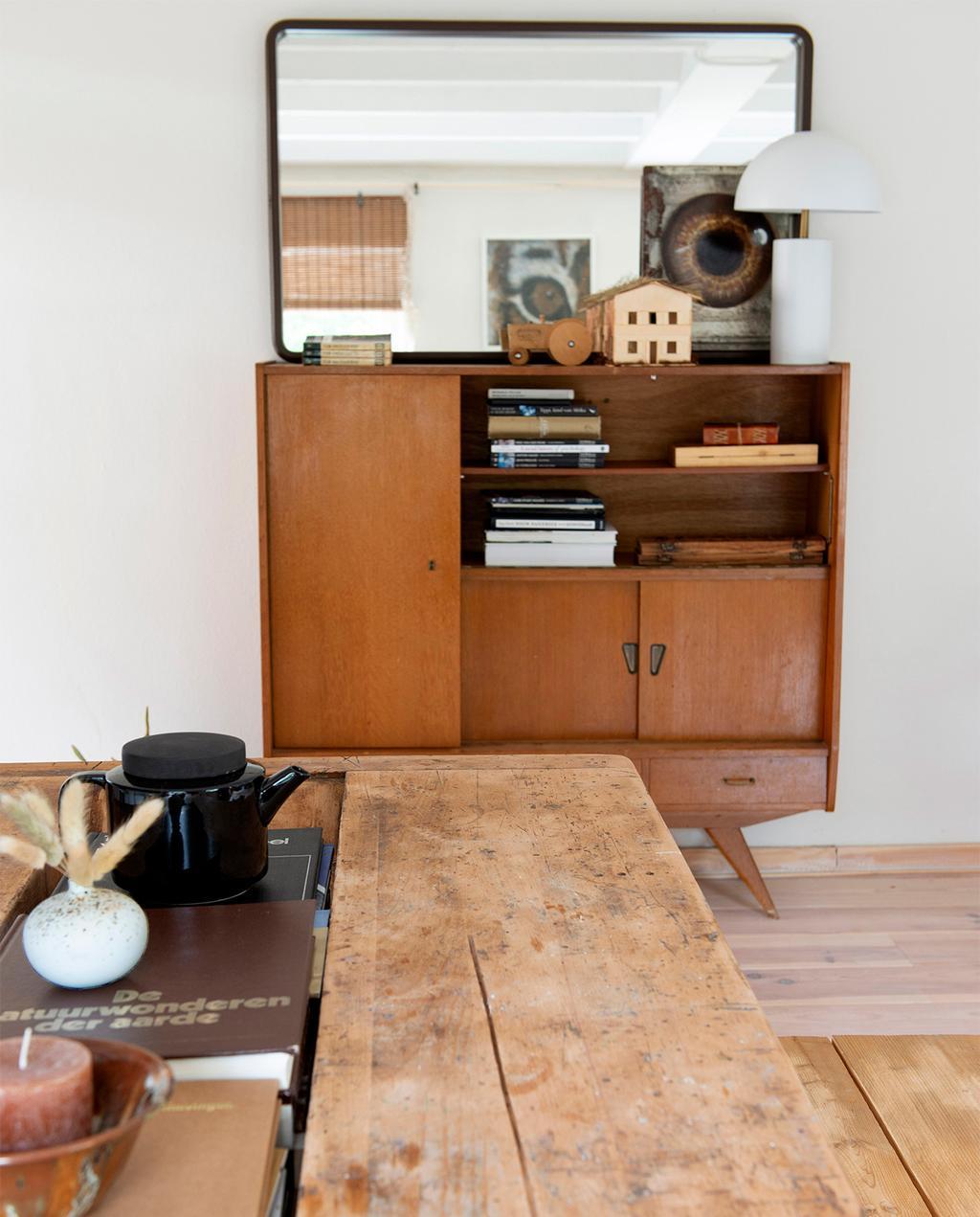 vtwonen 08-2021 | houten dressoir met houten tafel | vlooienmarkten Nederland België
