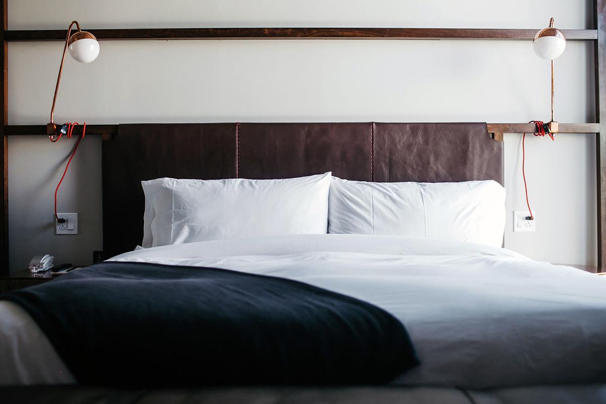 bed donkerblauwe sprei duurzame slaapkamer