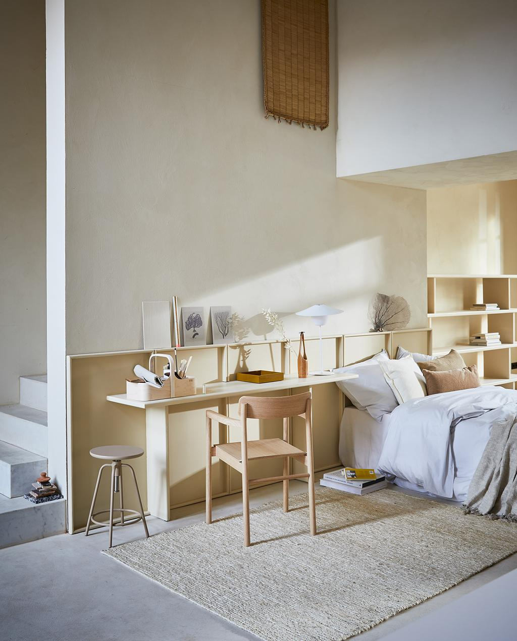 vtwonen 04-2021 | lichte kleuren in de slaapkamer met bureau