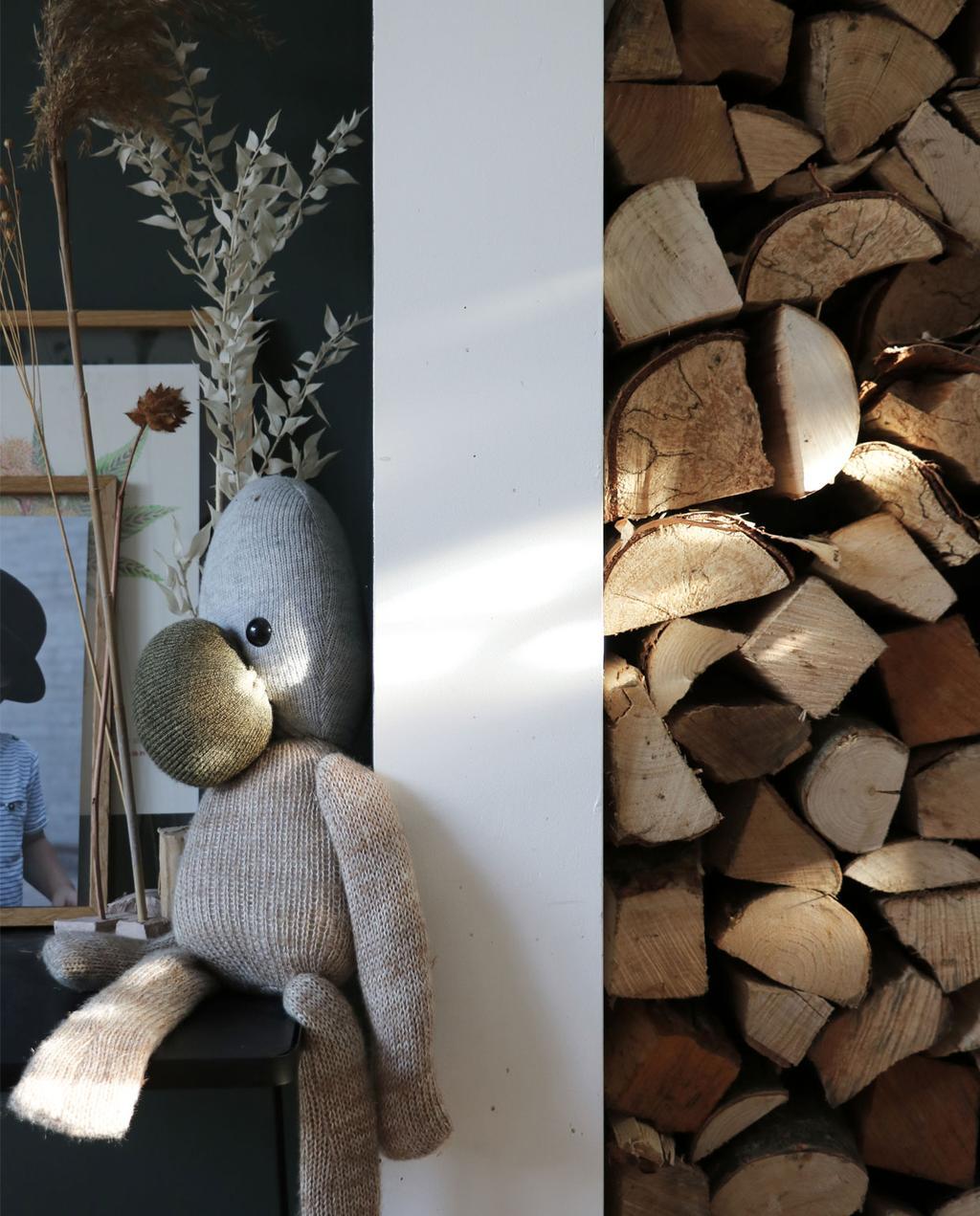 vtwonen en marktplaats   de interieurvondst van rolien: ronde uitschuifbare tafel   houtblokken opgestapeld in modern hoekje