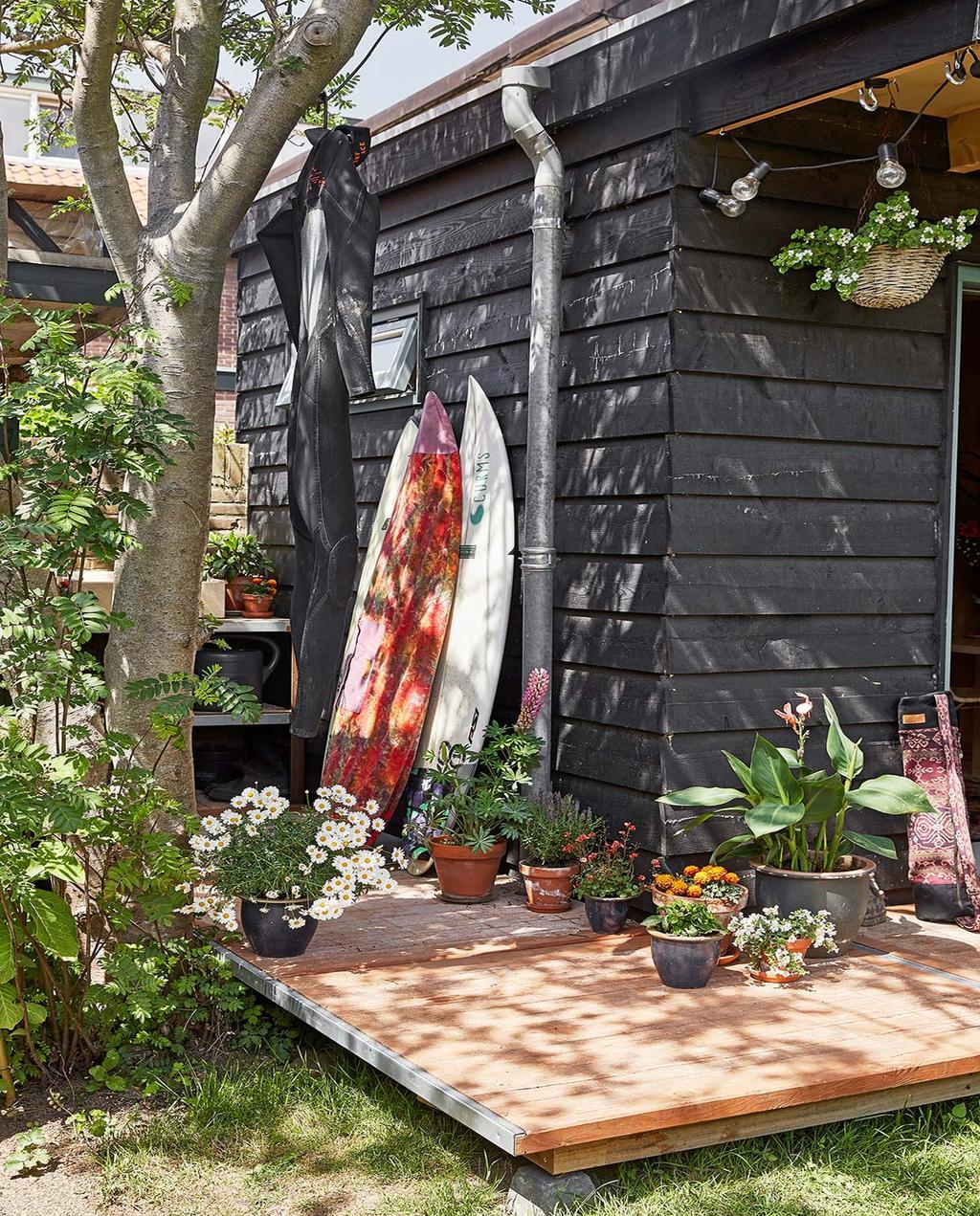 vtwonen binnenkijken special tiny houses | surfplanken tegen het zwarte huis aan