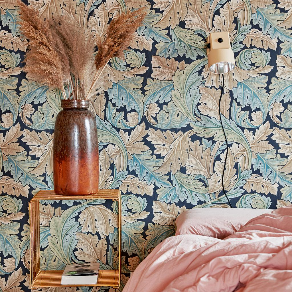 vtwonen 06-2020 | twee-onder-een-kapwoning Denemarken slaapkamer kleurrijk behang roze dekbed