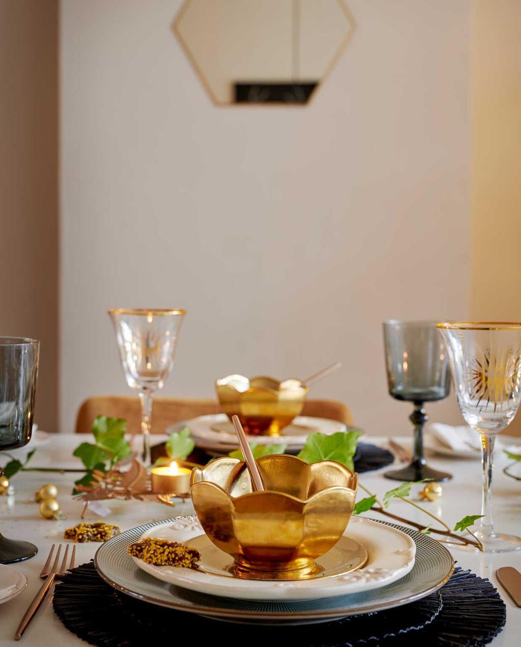 vtwonen 12-2020 | binnenkijken 100 jaar oud herenhuis haarlem | gedekte kerst tafel met gouden kommetjes