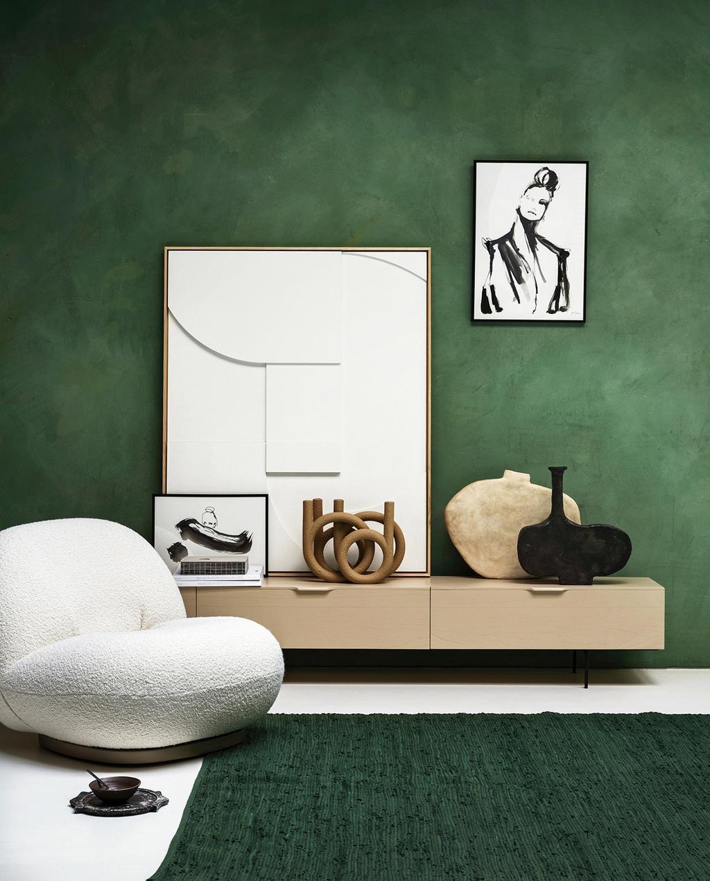 vtwonen 01-2021 | groene muur met wollen fauteuil, schilderijen op muur