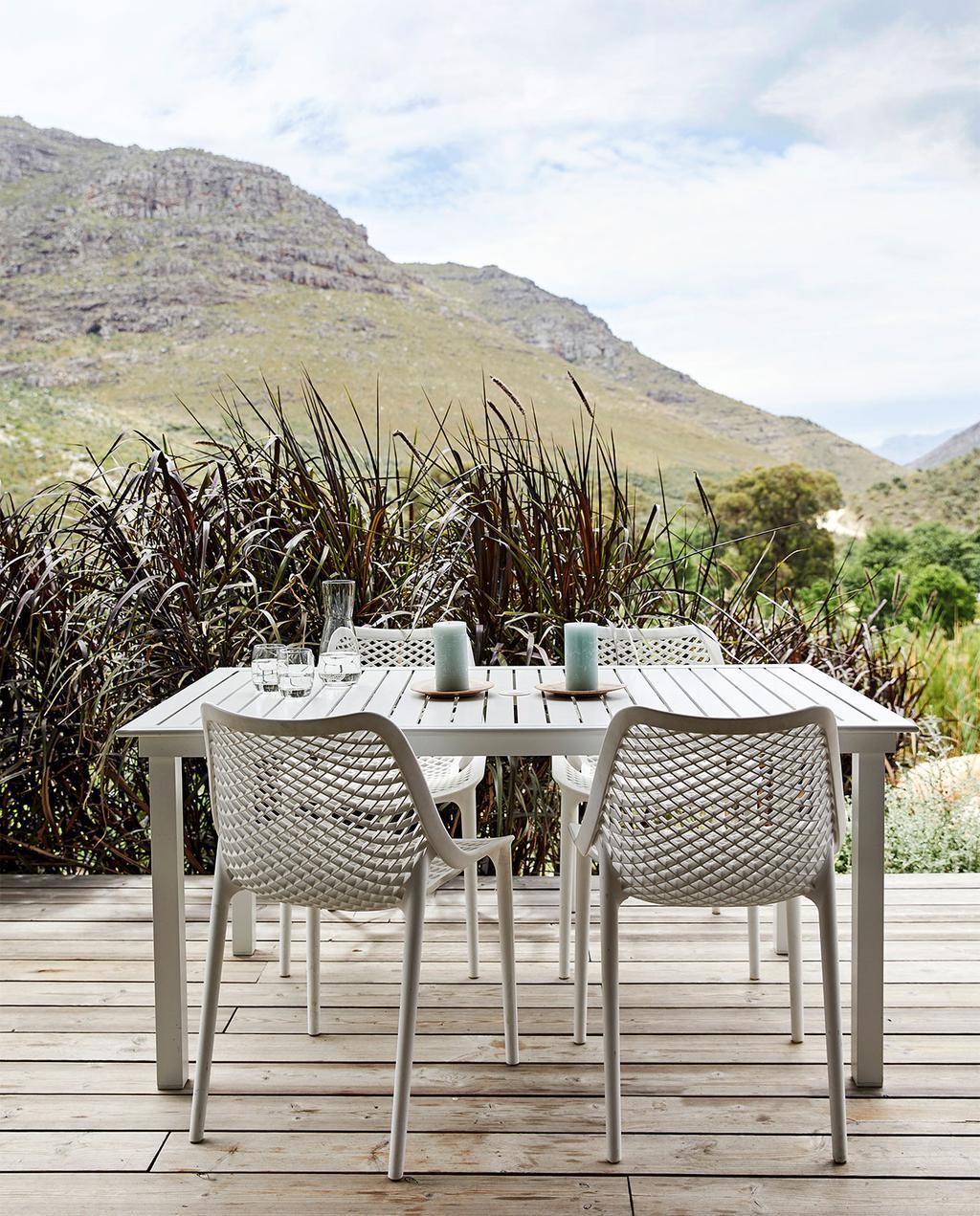 vtwonen special zomerhuizen 07-2021   tuintafel met tuinstoelen