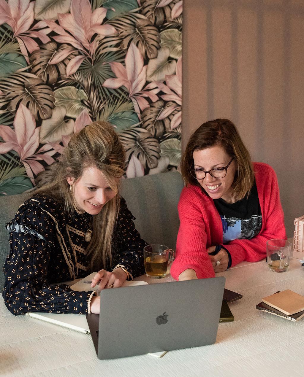vtwonen voorjaarshuis 2021 | Stylist Liza en winnares Mirjam zoeken producten uit in de vtwonen shop