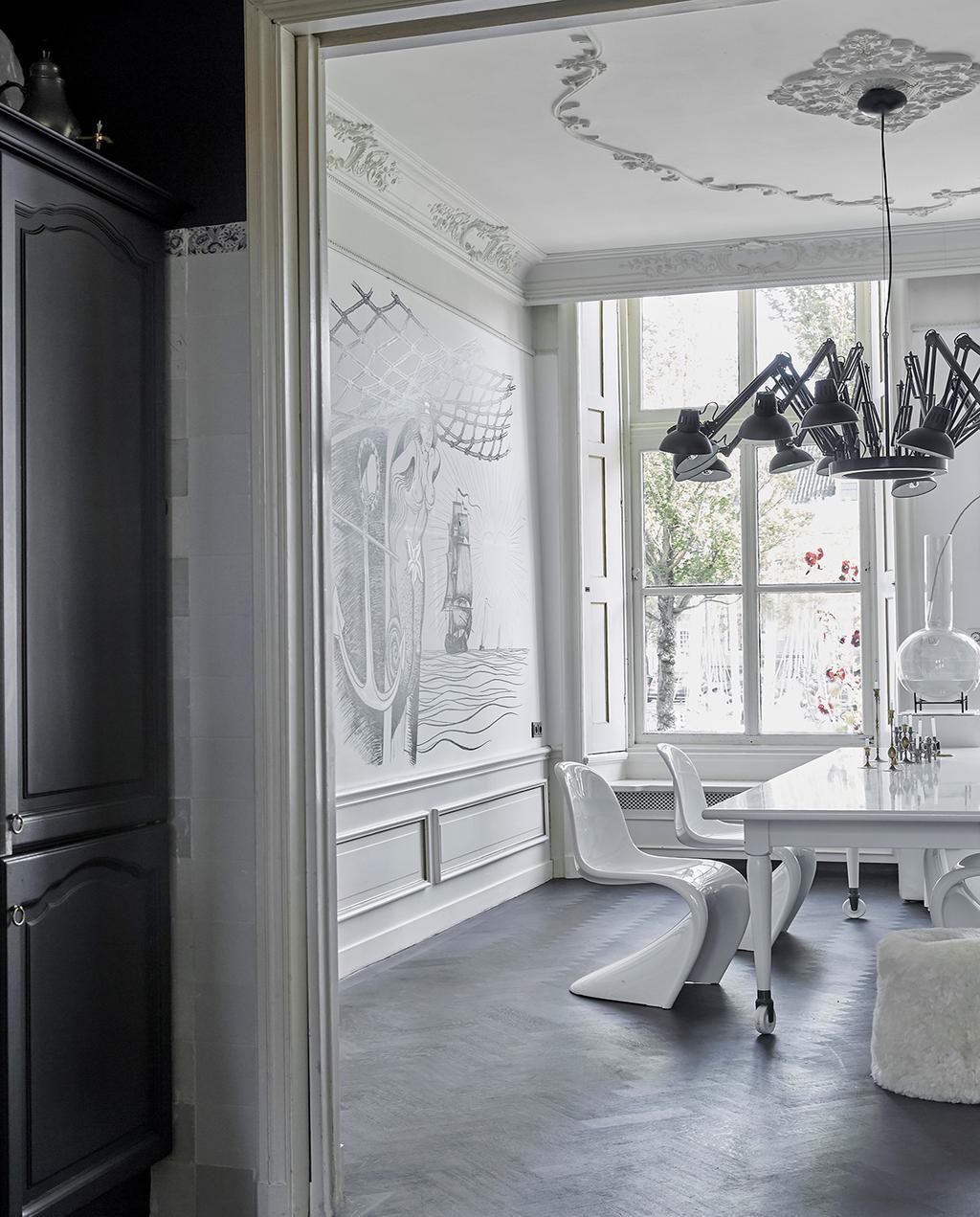 vtwonen 02-2021 | binnenkijken Harlingen eethoek met witte stoelen, tekening op de muur