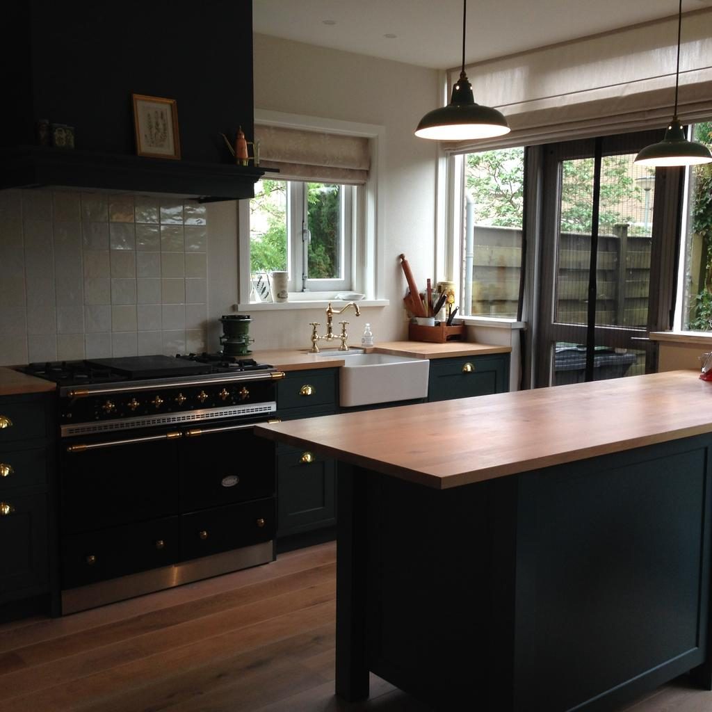 we-hebben-de-keuken-zo-gemaakt-dat-alle-apparatuur-aan-dezelfde-kant-zit-hierdoor-hebben-we-aan-de-andere-kant-een-werkblad-van-2-5-meter
