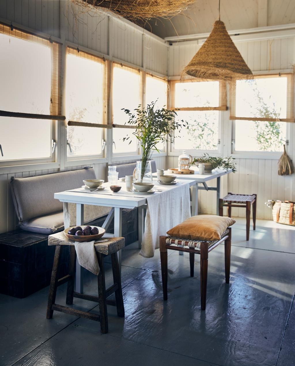 vtwonen styling 06-2020 strand ajuma lange eettafel met krukken en stoelen