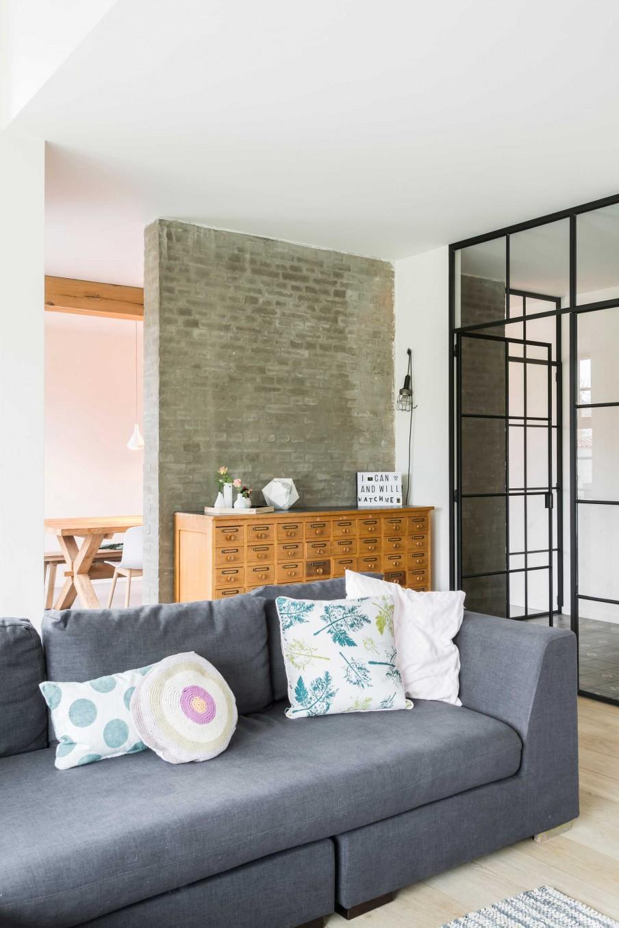 canapé gris mur briques