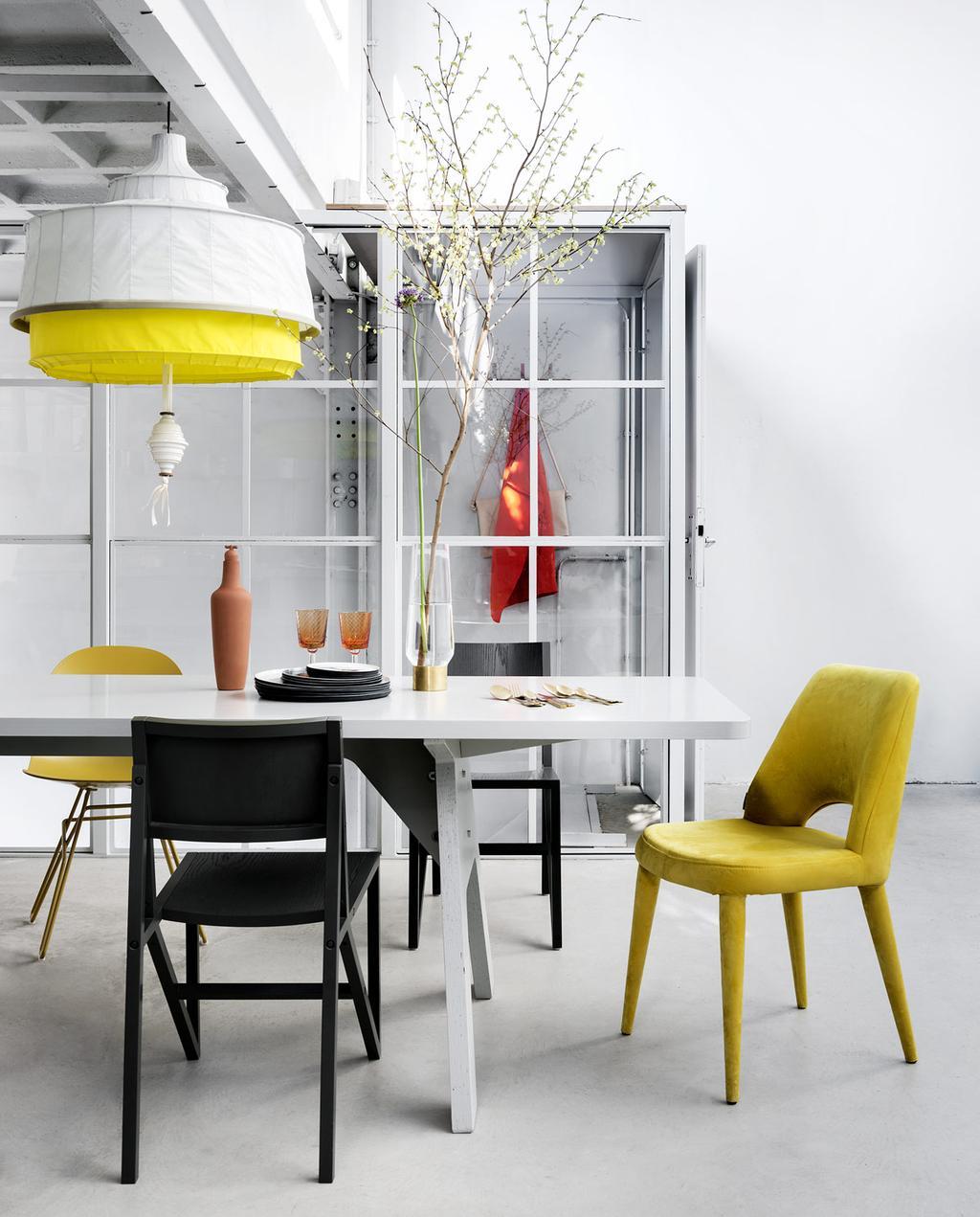 Een eetkamer met gele accenten