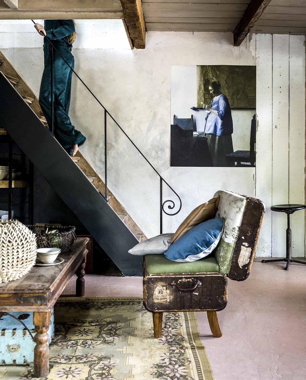 vtwonen 10-2016 | oude trap met vintage spullen, schilderij van vrouw