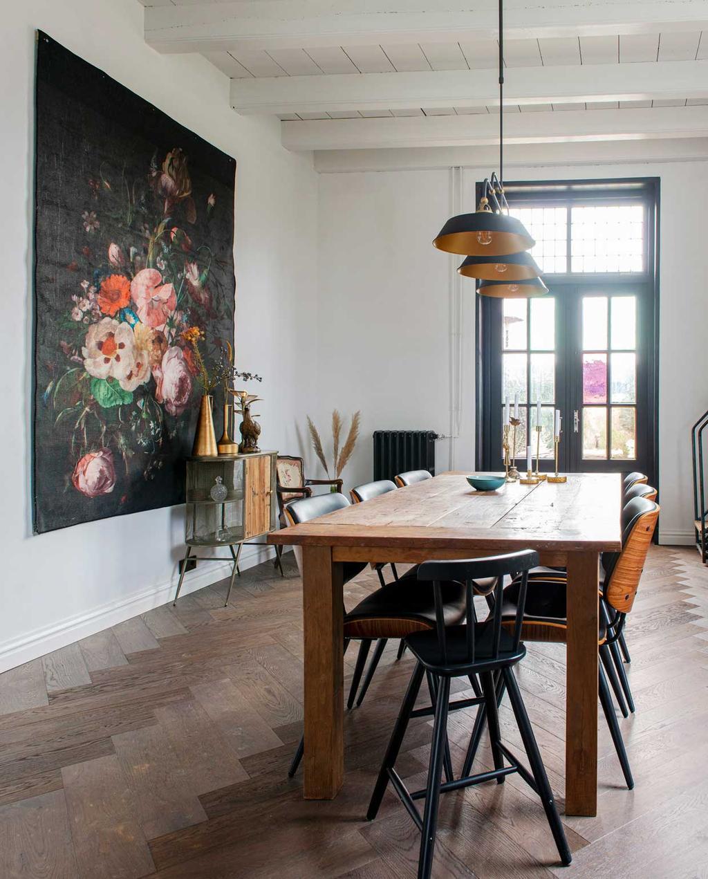 vtwonen 08-2020 | binnenkijken hillegom | woonkamer met eettafel en groot bloemen schilderij aan de muur