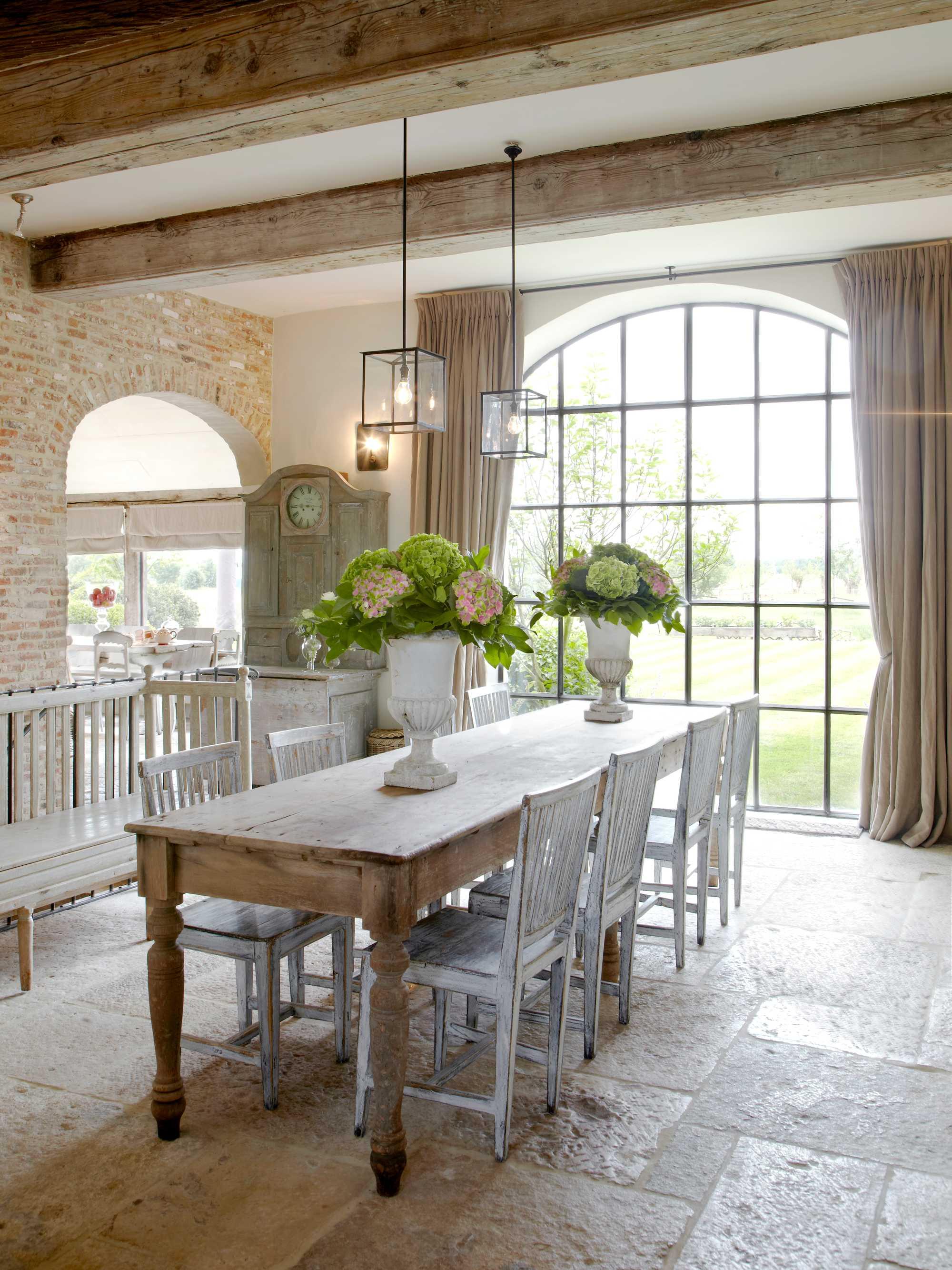 bloemstukken gietijzer raam zweedse tafel stoelen