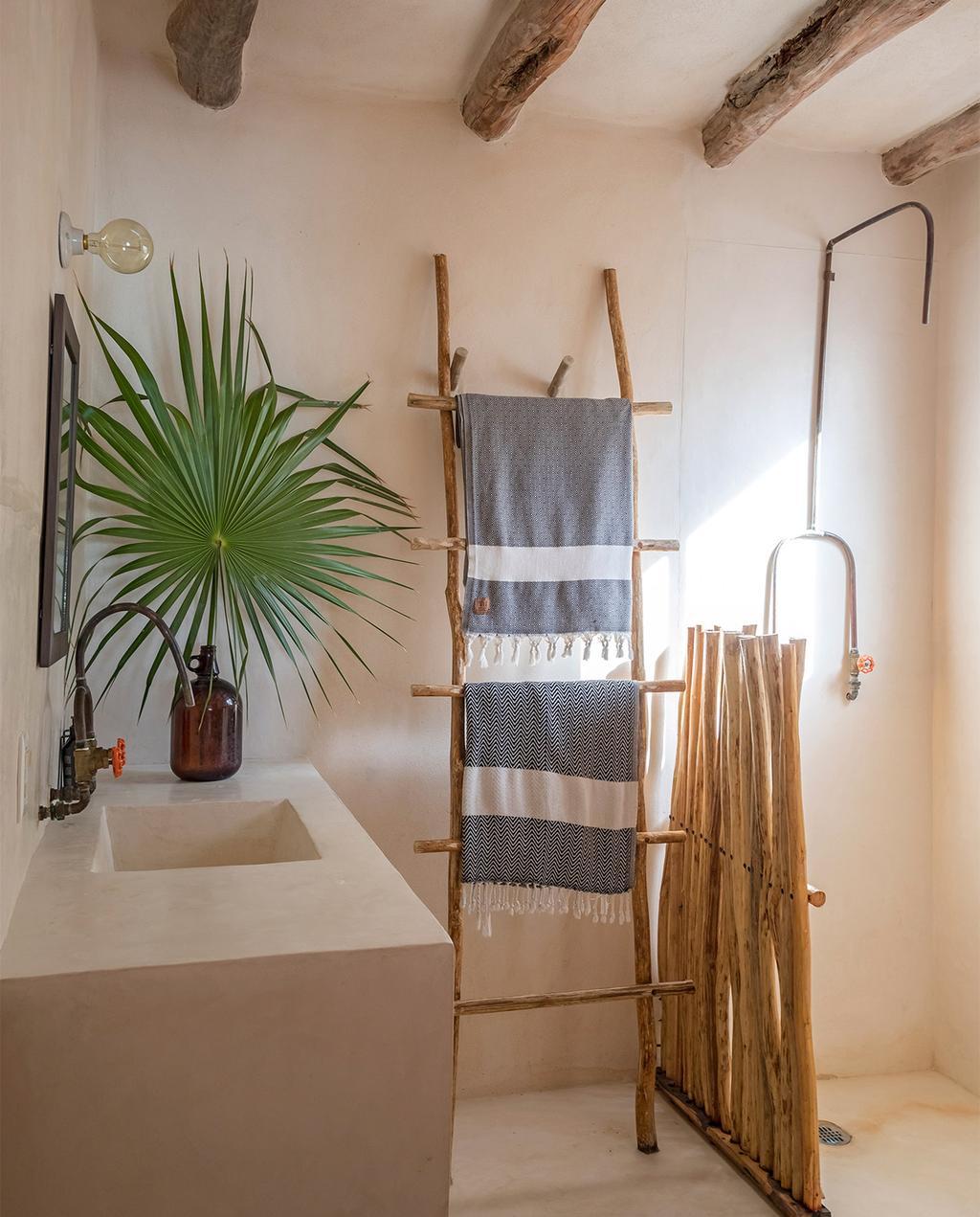 vtwonen special zomerhuizen 07-2021 | Mexico interieur met ladder in de badkamer