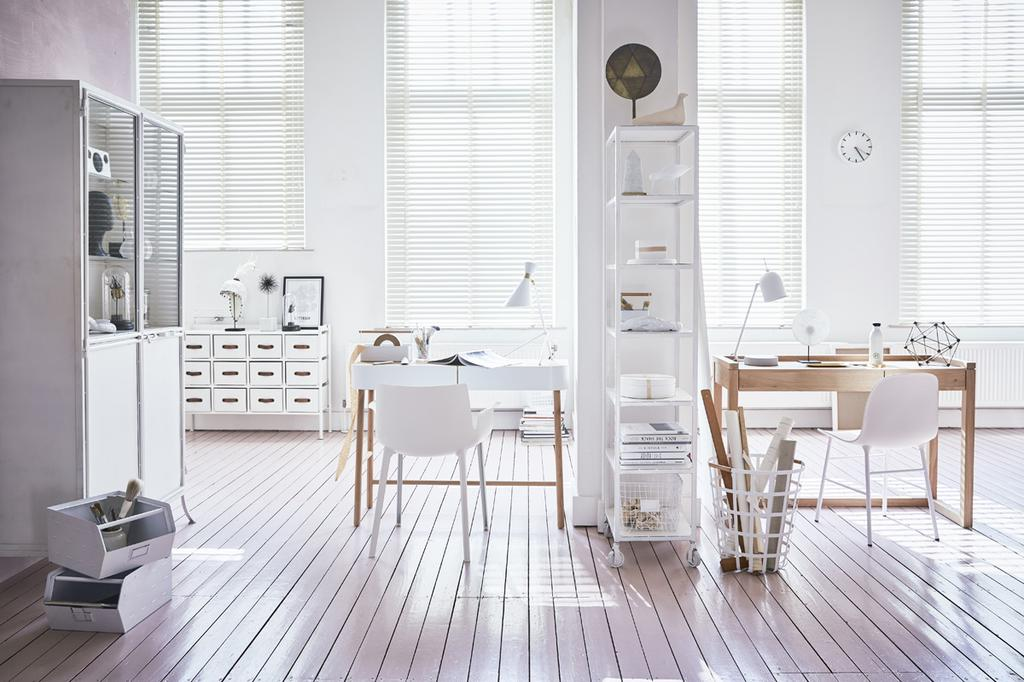 Alles voor een fijne werkplek in een serene setting met houten bureau