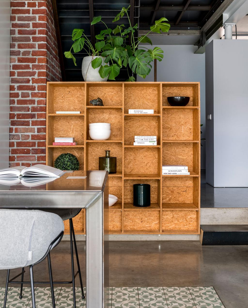 vtwonen 07-2020 | binnenkijken in Weert industriele keuken met rvs kookeiland en kast van geperst hout