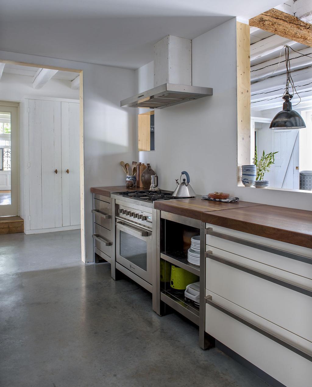 vtwonen 11-2019 | binnenkijker Alblasserwaard boerderij woonkamer grijze vloer leefkeuken houte keukenblad