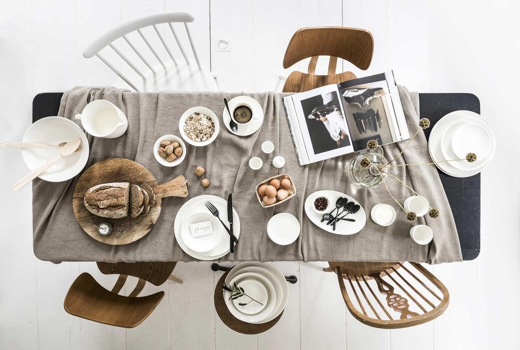 Een gedekte tafel met vtwonen spullen
