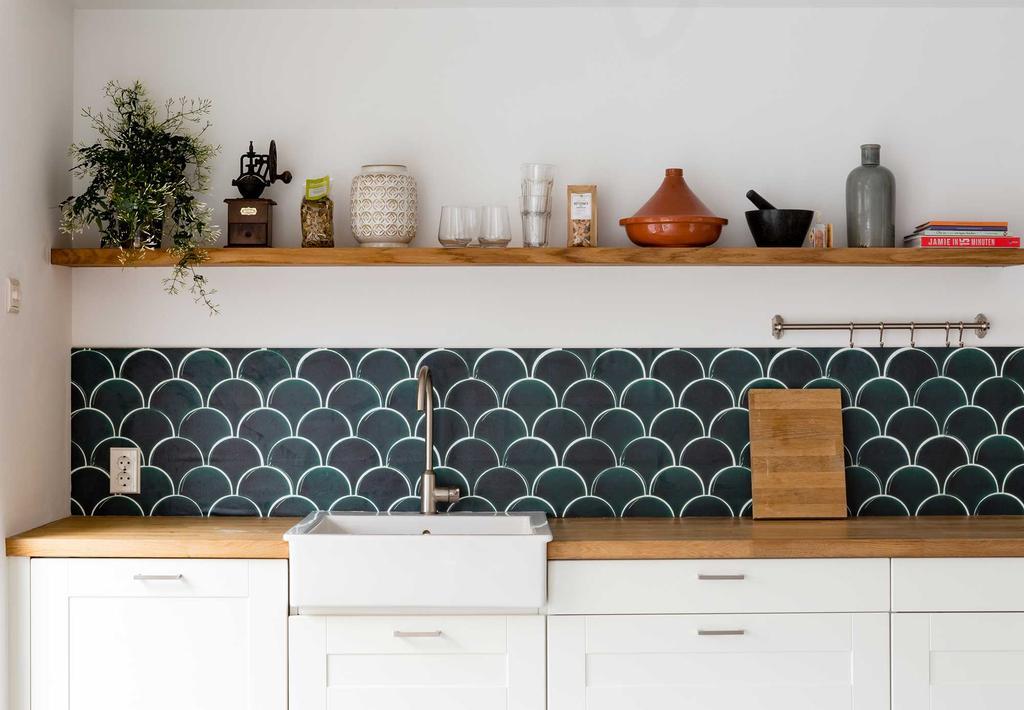 Keuken met tegelbehang en een zwevende wandplank