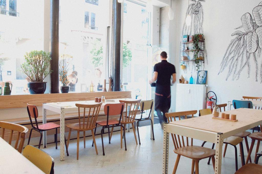 yeti ontbijtbar licht interieur met stoelen en tafels