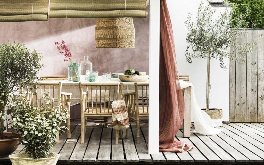 vtwonen 07-2016 | zomerzoet vakantie in eigen tuin. eettafel met bamboe stoelen en dusty roze wand