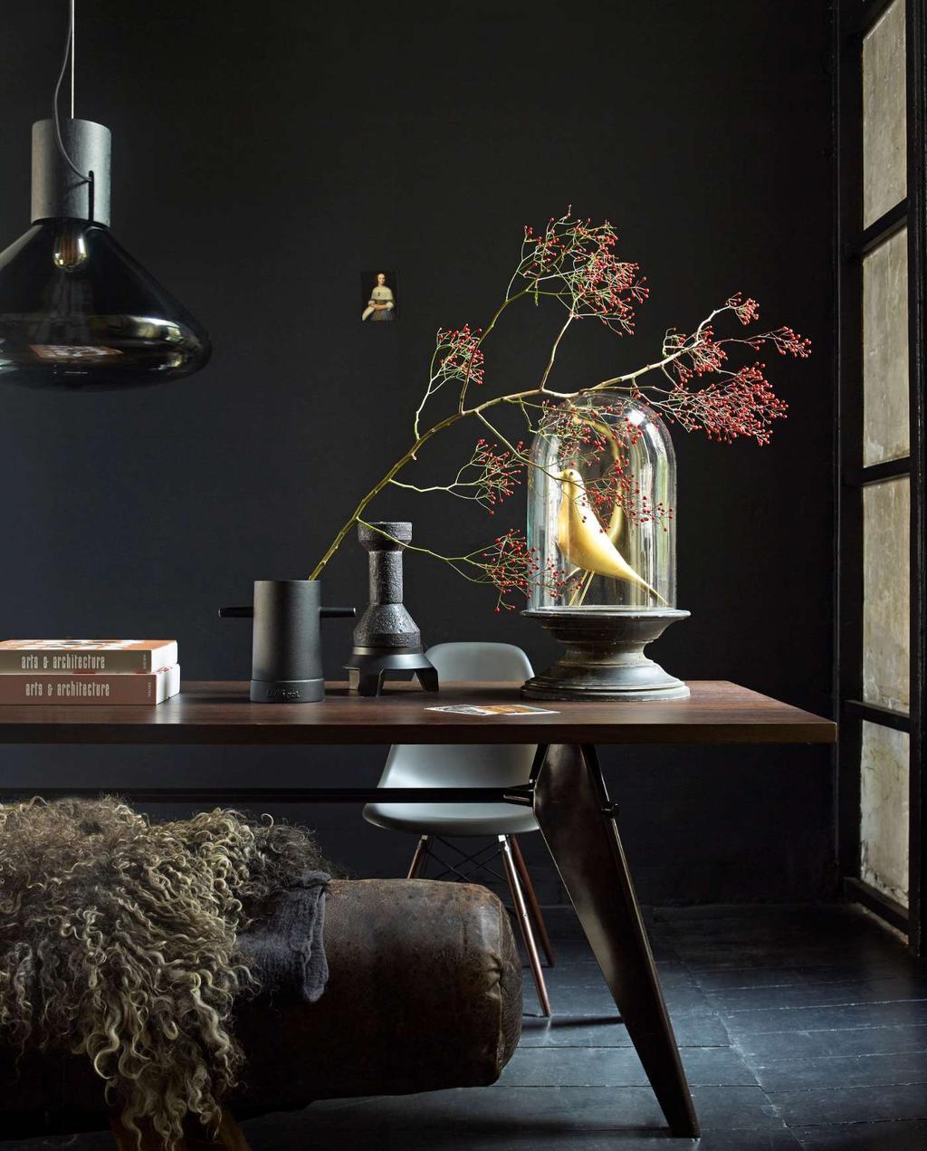 Klassieke woonstijl donker interieur grote eettafel met stolp vaas en hanglamp