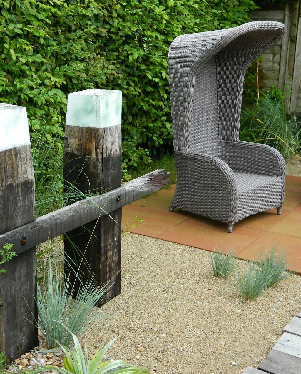 vtwonen blog kristel | minder tegels meer tuin strandtuin met zand en strandstoel
