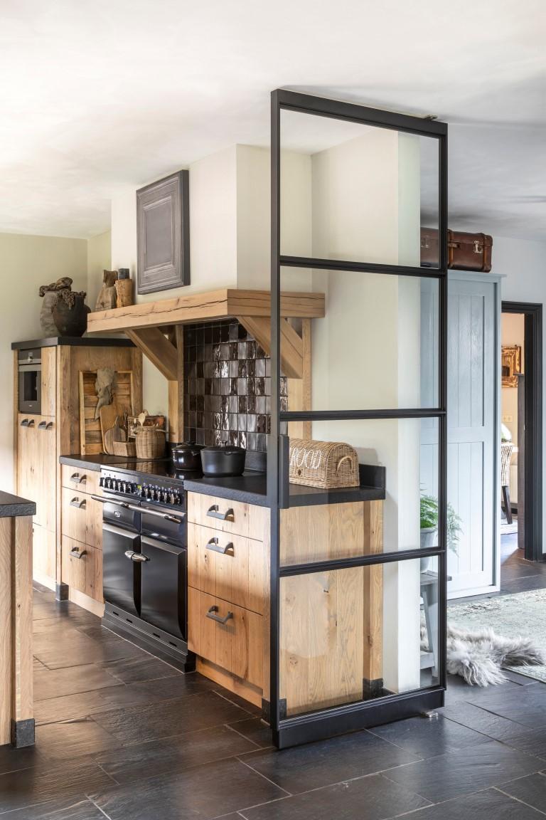 keuken-verouderd-vergrijsd-eiken-blad-zimbabwe-black-graniet-en-de-handgrepen-zijn-van-dauby-fotos-zijn-gemaakt-door-denise-keus-photography