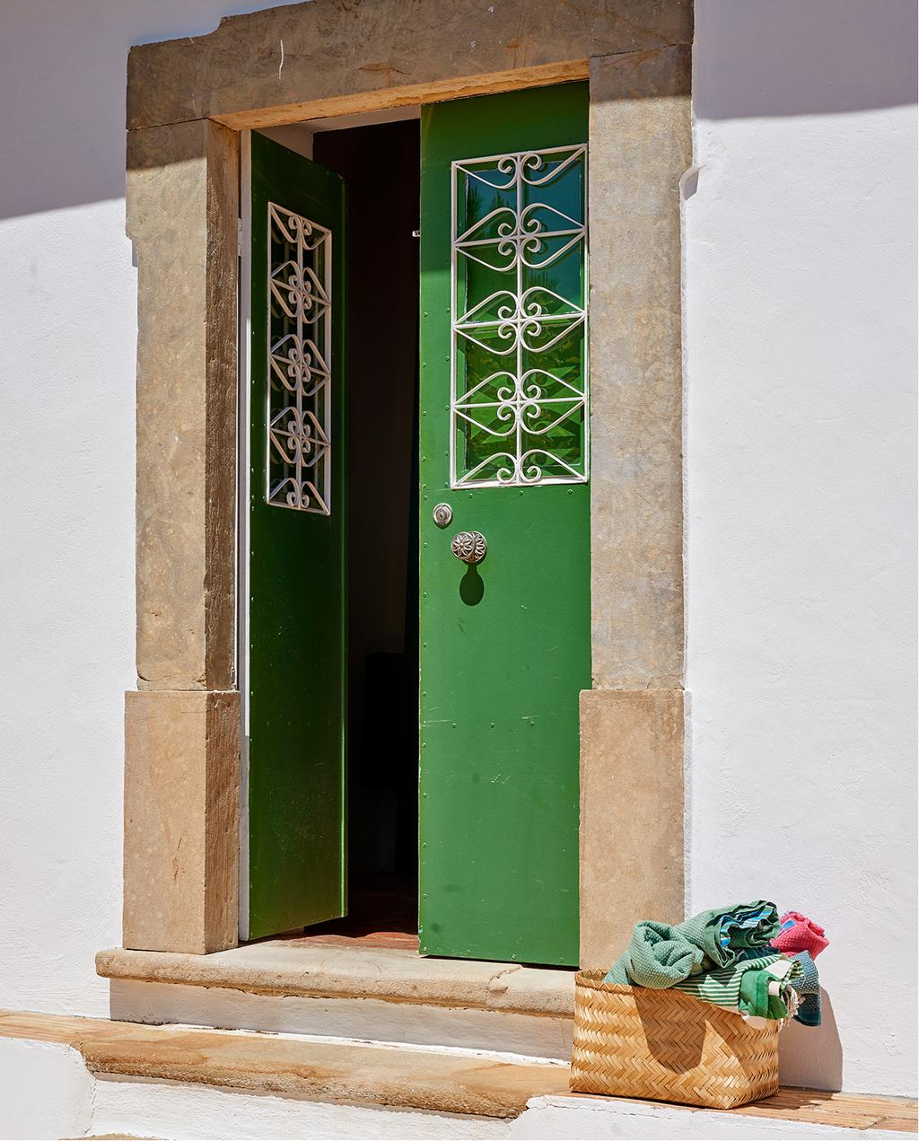 vtwonen tuin special 2 2020 | groene voordeur en betegelde trappen