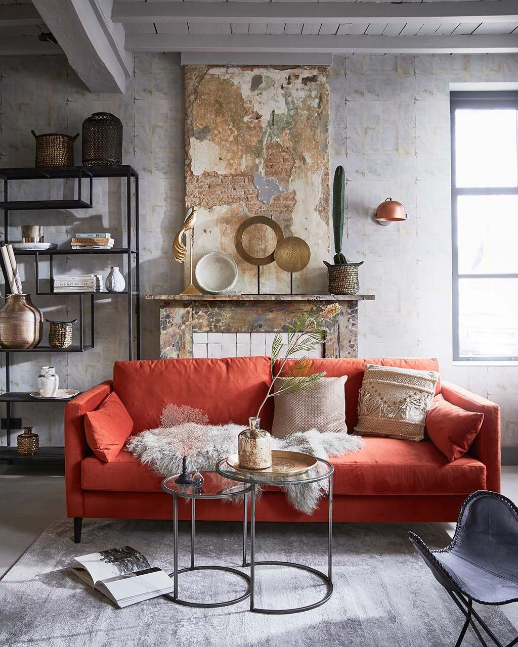 Industriële woonkamer met oranje bank