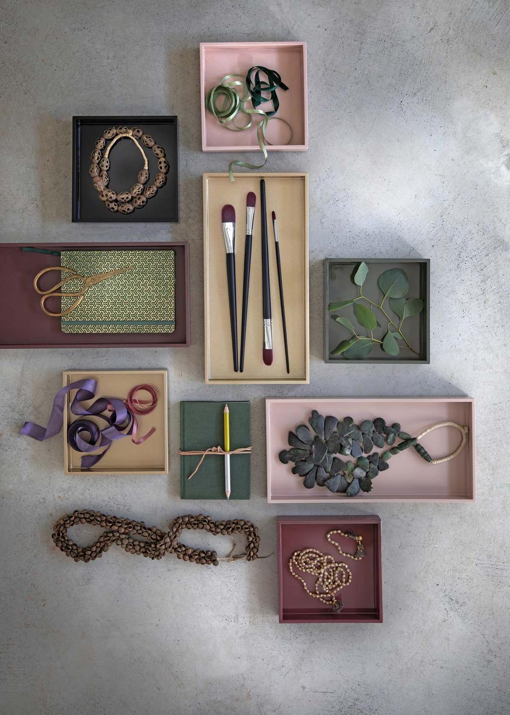 Kest cadeaus inpakken in doosjes.