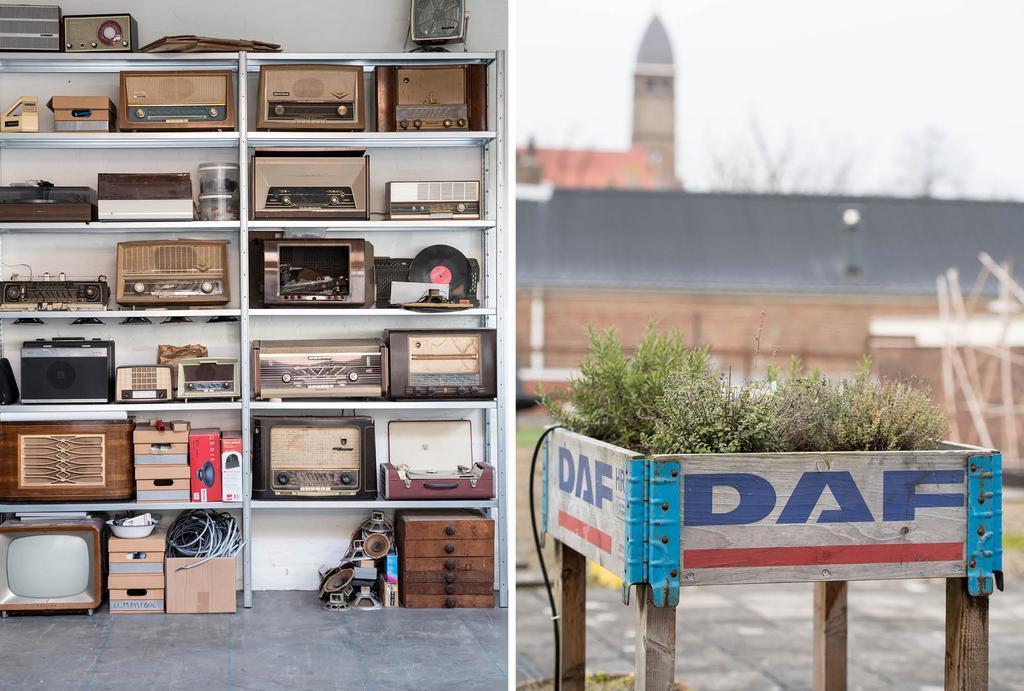 Vintage radio's en een daktuin met plantenbak